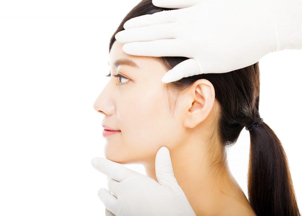 顔の診察を受ける女性