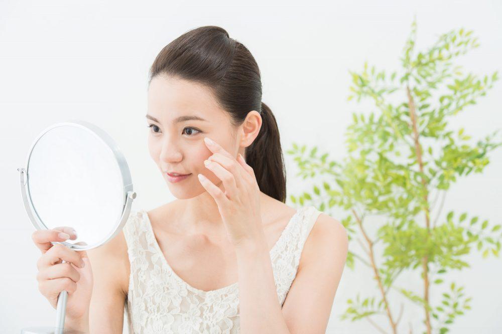 鏡を見る女性