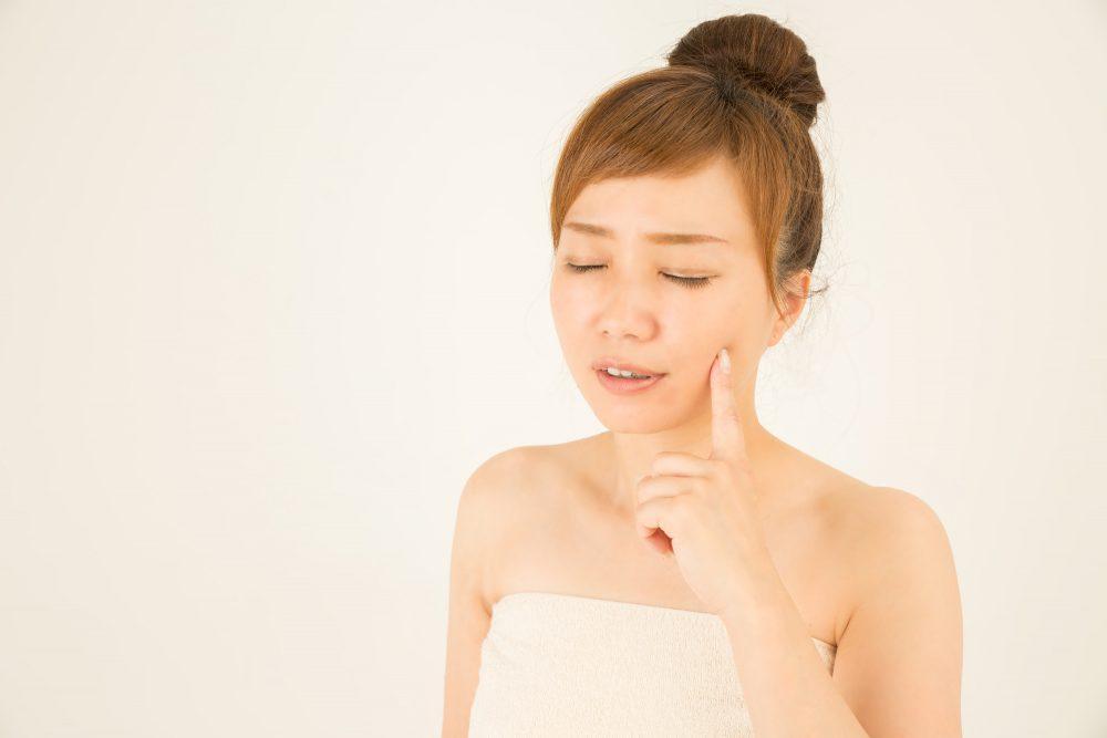 顔の肌の状態を気にする女性